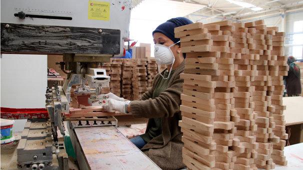 Kadın marangozlar ahşap oyuncak üretiyor